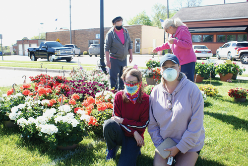 Sunny skies, flowers attract marketgoers